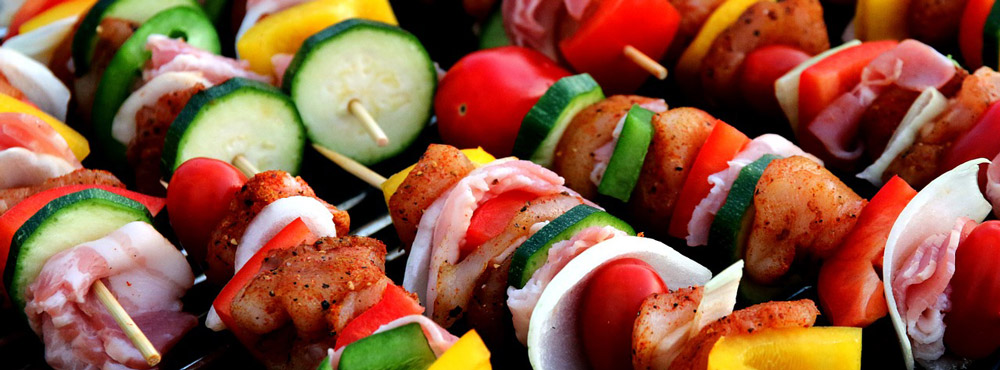 Schaschlik- und  Gemüsespieße auf dem Kontaktgrill grillen