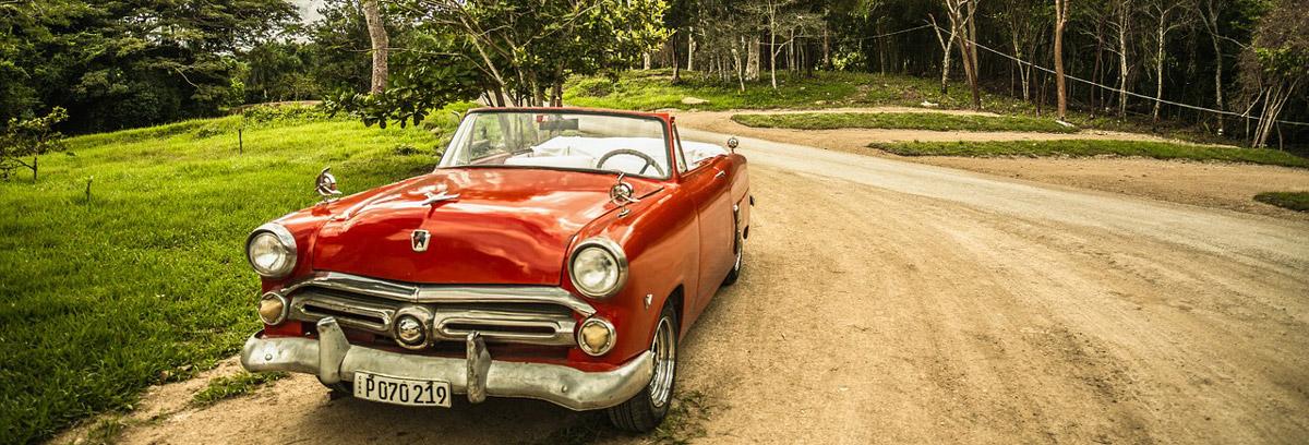 Um das geliebte Auto vor Wetter zu schützen, empfiehlt es sich eine Autoplane zu verwenden.