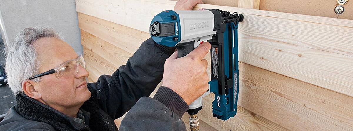 Bosch Druckluftnagler: Schneller Arbeitsfortschritt durch werkzeugloses Entfernen verhakter Nägel im Schusskanal