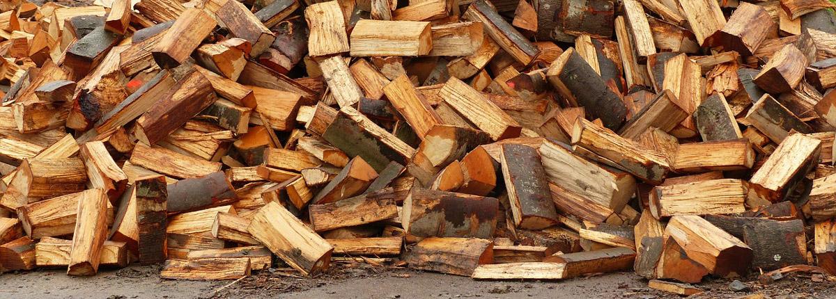 Holz mit dem Holzspalter einfach zum Brennholz und Holzscheite spalten