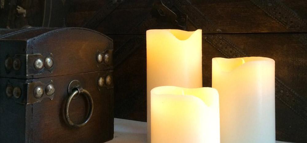 Stimmungsvolle Wachs Kerzen mit flackernder Flamme für gemütlichen Winterzauber