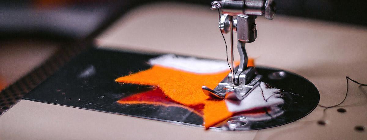 Ausbesserungsarbeiten an Kleidung für die ganze Familie - mit einer Nähmaschine spart man bares Geld