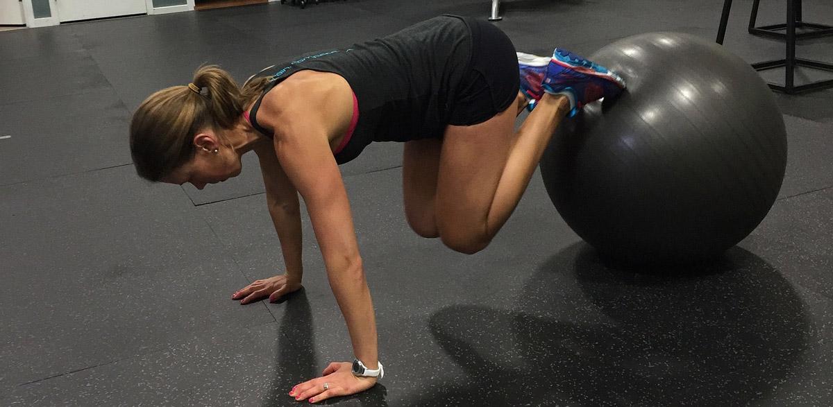 mit einem Gymnastik-Ball können viele unterschiedliche Übungen durchgeführt werden,