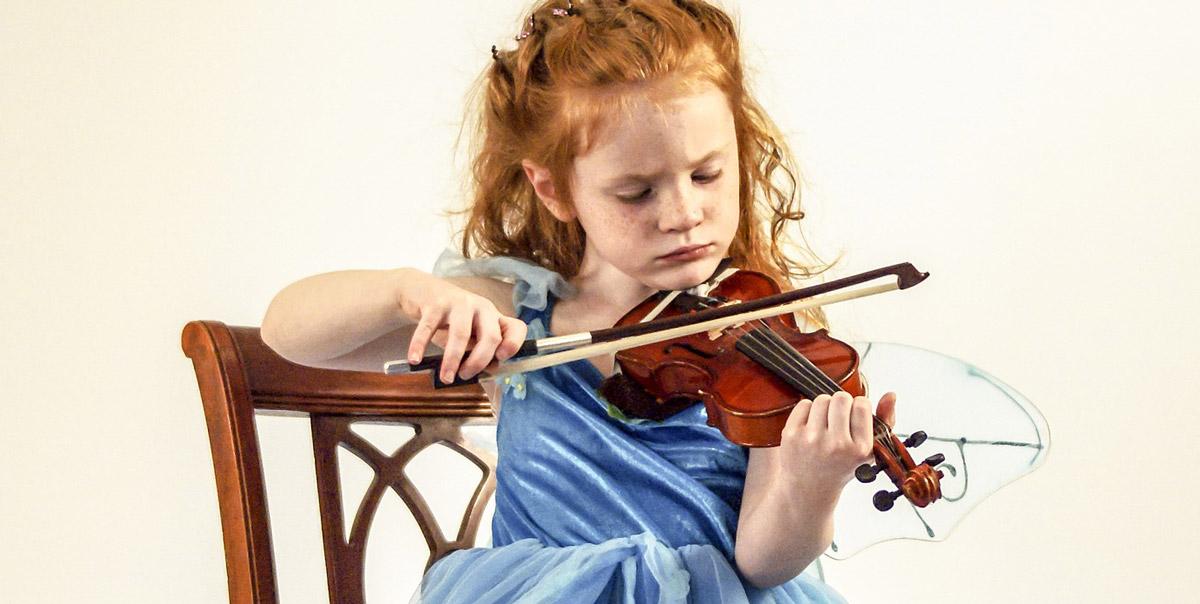 Eine Geige exakt für Kinder ist ideal um das Kind die Freude am spielen zu geben