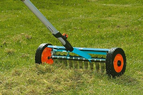 Mit dem GARDENA combisystem-Vertikutier-Boy entfernen Sie Moos, Rasenfilz und Unkraut aus Ihrem Rasen. Dadurch verbessern Sie die Luft-, Wasser- und Nährstoffaufnahme des Rasens