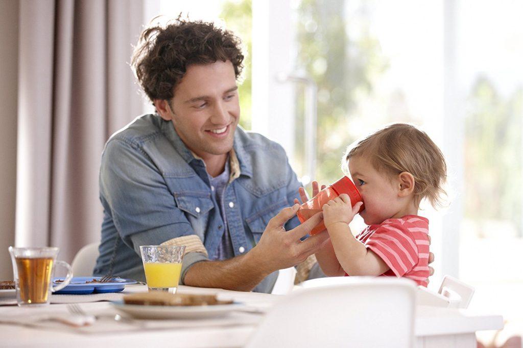 Die Griffe des Trinkbechers erleichtern Ihrem Kind, den Becher zu halten und selbstständig zu Trinken