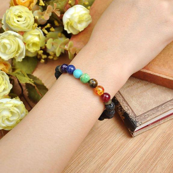 Dieses huebsche Buddha-Armband ist aus Lavastein gefertigt, das bei Vulkanausbruechen entstand