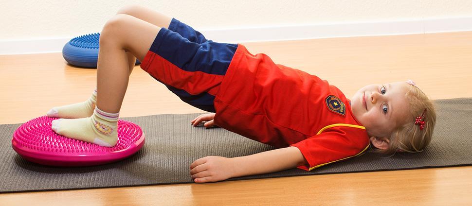Gesund und fit durch den Alltag Nicht nur bequem, sondern auch gesund ist unser Ballsitzkissen, das hier gleich in neun Farben zur Auswahl steht. Es lassen sich eine Vielzahl von Übungen für die Stabilisierung des Muskelapparates durchführen.