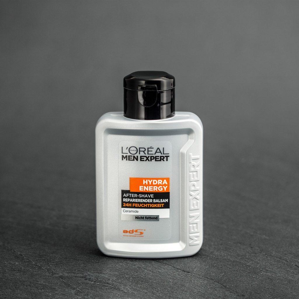 Intensiver Lebensrhythmus und die tägliche Rasur sind eine Belastung für die Haut. Morgens, wenn die Haut noch schläft, wirkt die Rasur aggressiv. Deswegen benötigt die Haut nach der Rasur besondere Zuwendung.